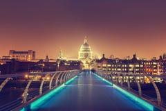 圣保罗大教堂和千年桥梁,伦敦 图库摄影