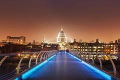 圣保罗大教堂和千年桥梁,伦敦 免版税库存图片