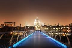 圣保罗大教堂和千年桥梁,伦敦 免版税图库摄影
