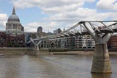 圣保罗大教堂和千年桥梁 图库摄影