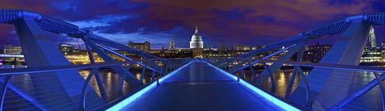 圣保罗大教堂和千年桥梁 免版税库存图片