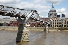 圣保罗大教堂和千年桥梁 库存照片