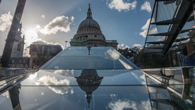圣保罗大教堂在有被反射的云彩的伦敦 免版税库存图片