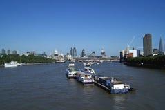 圣保罗大教堂, 30圣玛丽轴,塔42,在泰晤士河的黑人男修道士桥梁在伦敦,英国 库存照片