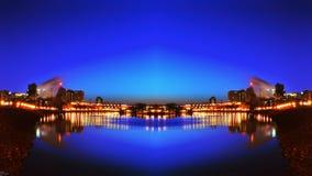 圣保罗市地平线夜间被反映的河视图 免版税库存图片
