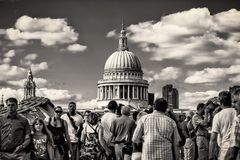 圣保罗有游人的` s大教堂2013年8月11日采取的千年桥梁的 免版税库存图片
