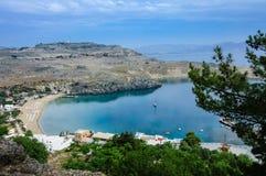 圣保罗海湾蓝色盐水湖在Lindos 库存照片