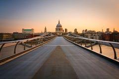 圣保罗的和千年桥梁,伦敦。 免版税图库摄影