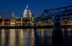 圣保罗的和千年桥梁 免版税图库摄影