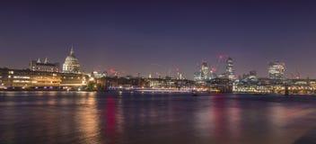 圣保罗的夜视图和伦敦地平线从塔特现代Thame的堤防 免版税库存照片