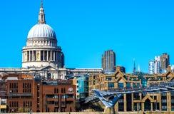 圣保罗的大教堂、千年桥梁和伦敦市Sc 库存照片