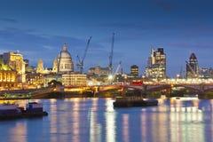 圣保罗的大教堂、泰晤士河和街市伦敦Citysape 免版税库存图片