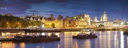 圣保罗的大教堂、泰晤士河和街市伦敦Citysape 库存图片