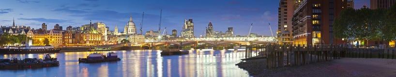 圣保罗的大教堂、泰晤士河和街市伦敦Citysape 图库摄影