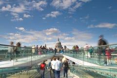 圣保罗的大教堂和伦敦千年人行桥,英国 免版税库存照片