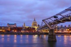 圣保罗的大教堂和伦敦地平线 免版税库存照片