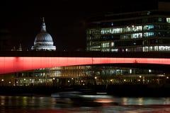 圣保罗的大教堂和伦敦桥梁在晚上之前,英国 库存图片