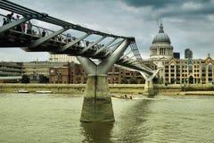 圣保罗的大教堂和千年桥梁 免版税图库摄影