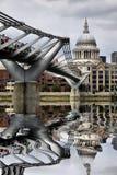 圣保罗的大教堂和千年桥梁 库存照片