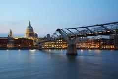 圣保罗的大教堂和千年桥梁在伦敦在晚上 库存照片