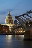 圣保罗的大教堂和千年桥梁在伦敦在晚上 图库摄影