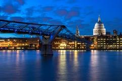圣保罗的大教堂和千年桥梁在伦敦,英国 图库摄影