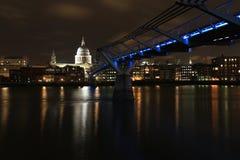 圣保罗的大教堂和千年桥梁在晚上 库存照片