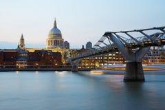 圣保罗的大教堂和千年桥梁在黄昏的伦敦 免版税库存照片