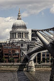 圣保罗的大教堂和千年桥梁,伦敦 免版税库存图片