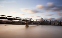 圣保罗的大教堂和千年桥梁, 免版税库存图片