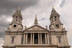 圣保罗的大教堂的西部前面上部在多云天空天 免版税库存图片