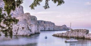 圣保罗的海湾,小船去海岸 免版税图库摄影