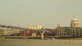 圣保罗的,走在千年桥梁的步行者全景  影视素材