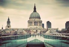 圣保罗的从千年桥梁看见的大教堂圆顶在伦敦,英国 免版税库存图片