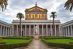 圣保罗罗马教皇的大教堂在墙壁外在罗马,意大利 库存照片
