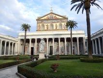 圣保罗罗马教皇的大教堂在墙壁外在罗马 免版税库存图片