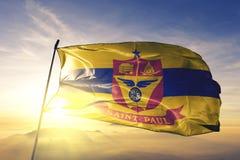 圣保罗美国旗子纺织品挥动在顶面日出薄雾雾的布料织品明尼苏达的市首都  免版税库存照片