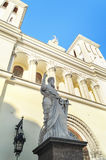 圣保罗雕象圣徒彼得和保罗教会信义会的入口的(1838)在圣彼德堡 免版税库存图片