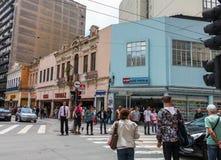 圣保罗,巴西- 2012年11月26日:等待在交叉点的人们绿灯 库存照片