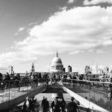 圣保罗& x27; 从千年桥梁的s大教堂 库存图片