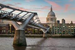 圣保罗` s和在日落的千年桥梁 库存照片