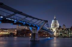 圣保罗` s大教堂和千年桥梁在晚上 库存照片