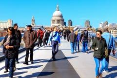 圣保罗' s大教堂和千年桥梁在伦敦 免版税库存图片