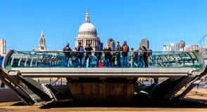 圣保罗' s大教堂和千年桥梁在伦敦 免版税图库摄影