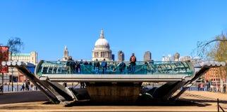 圣保罗' s大教堂和千年桥梁在伦敦 免版税库存照片