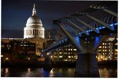 圣保罗& x27; s大教堂和千年桥梁 库存图片