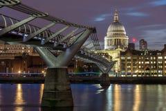 圣保罗& x27惊人的夜视图; 从泰晤士河,伦敦,英国的s大教堂 免版税库存图片