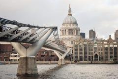 圣保罗chirch和千年桥梁,伦敦 免版税库存照片