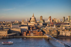 圣保罗s大教堂和千年桥梁在伦敦 免版税图库摄影