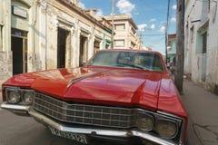 圣克拉拉,古巴, 2017年1月5日:在街道上的红色汽车 典型的古巴旅行成象图片 从古巴的老红色汽车 图库摄影